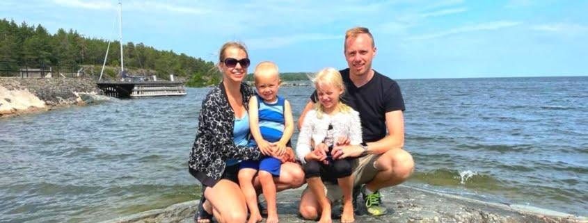 Jimmy Farsbo med familj på en klippa vid havet